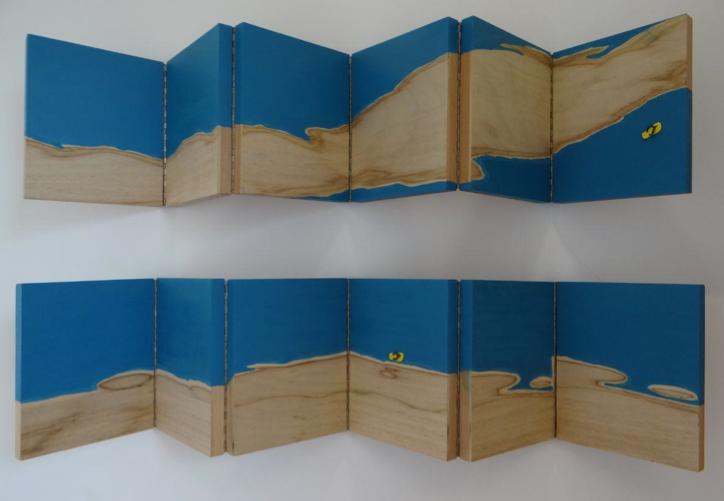 """Ana Ruas, """"Achados e Perdidos - Paisagens I"""", 2014, tinta esmalte sobre madeira com dobradiças, 30 x 140 cm cada (díptico)"""