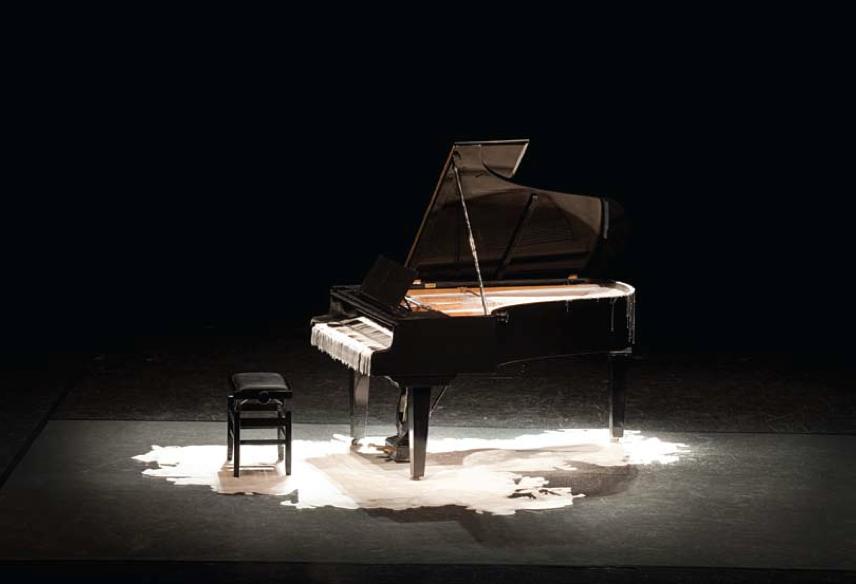 """Tatiana Blass, """"Metade da fala no chão - Piano surdo"""", 2010, vídeo - 2/5 + PA, 19'20''"""