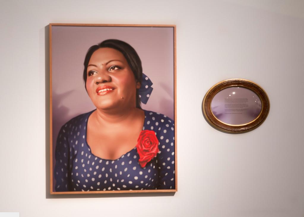 """Da série Fábula do olhar """"Maria da Penha"""", 2013, fotopintura digital impressa sobre papel de algodão, som, Edição: 1/5 + 2 PAs, 120 x 90 cm e 40 x 50,5 x 5 cm, obras de comodato particular"""